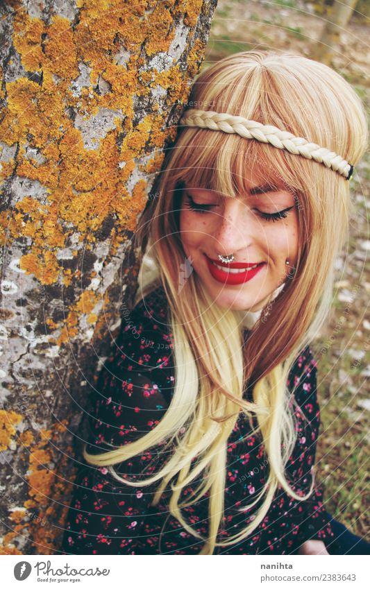 Junge Blondine und Hippie-Frau Lifestyle Stil Freude Körper Haare & Frisuren Haut Gesicht Mensch feminin Junge Frau Jugendliche 1 18-30 Jahre Erwachsene Umwelt