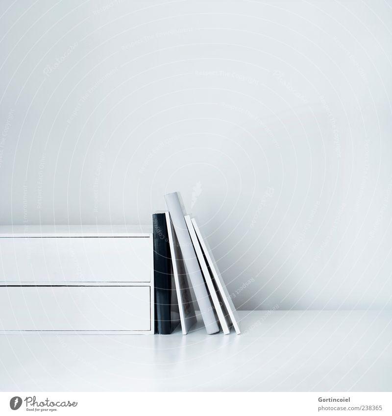Graue Literatur grau hell Buch Ordnung Studium Bildung Schreibtisch Arbeitsplatz Tisch Lesestoff angelehnt