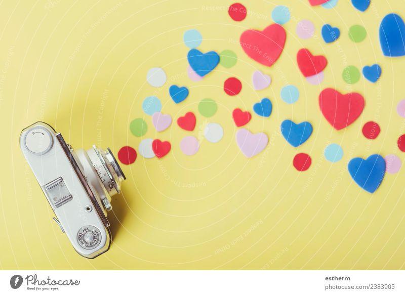 Fotokamera mit Herzen auf gelbem Hintergrund Lifestyle Freude Ferien & Urlaub & Reisen Party Veranstaltung Feste & Feiern Valentinstag Muttertag träumen retro