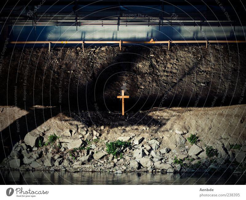 under the bridge Flussufer Stein Holz Wasser ästhetisch außergewöhnlich dreckig dunkel trist Gefühle Stimmung Glaube Traurigkeit Trauer Tod Kreuz Grab Brücke
