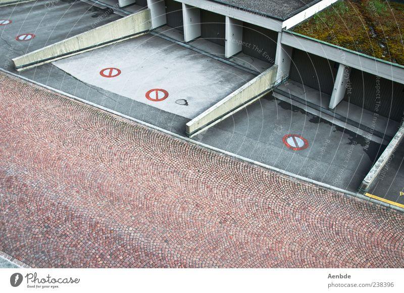 wir brauchen mehr autos Menschenleer Gebäude Dach Straße ästhetisch Garage Garagentor Schilder & Markierungen Einfahrt Pflastersteine Farbfoto Außenaufnahme