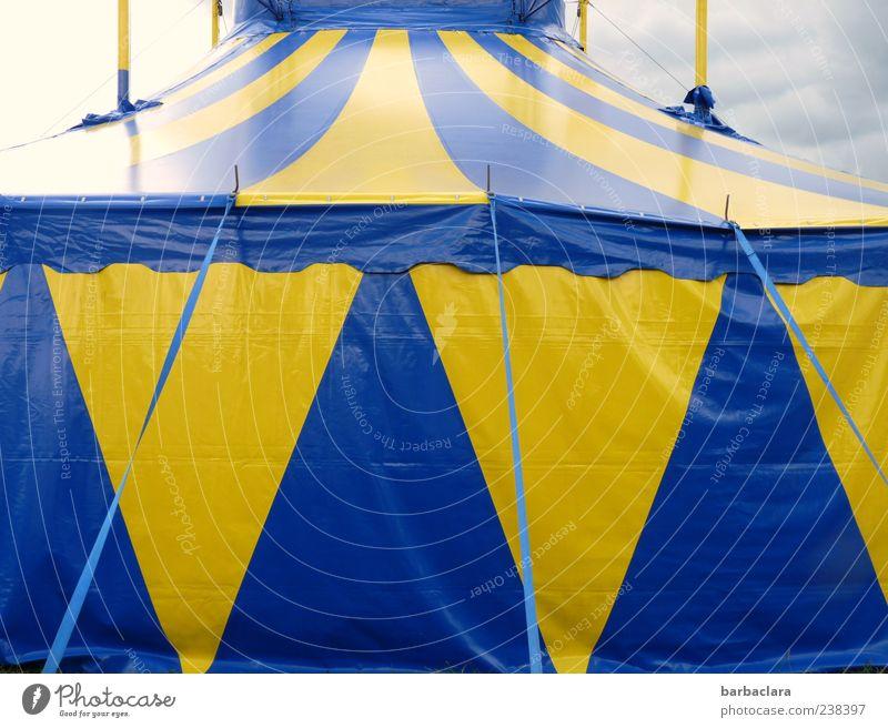 Zirkusvorstellung Jahrmarkt Zirkuszelt Himmel Wolken Sommer fantastisch groß blau gelb Kultur Farbfoto Außenaufnahme Menschenleer Tag Strukturen & Formen