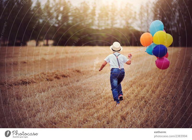 Junge rennt mit Luftballons über das Feld. Lifestyle Freude Ferien & Urlaub & Reisen Ausflug Abenteuer Freiheit Entertainment Party Feste & Feiern Geburtstag