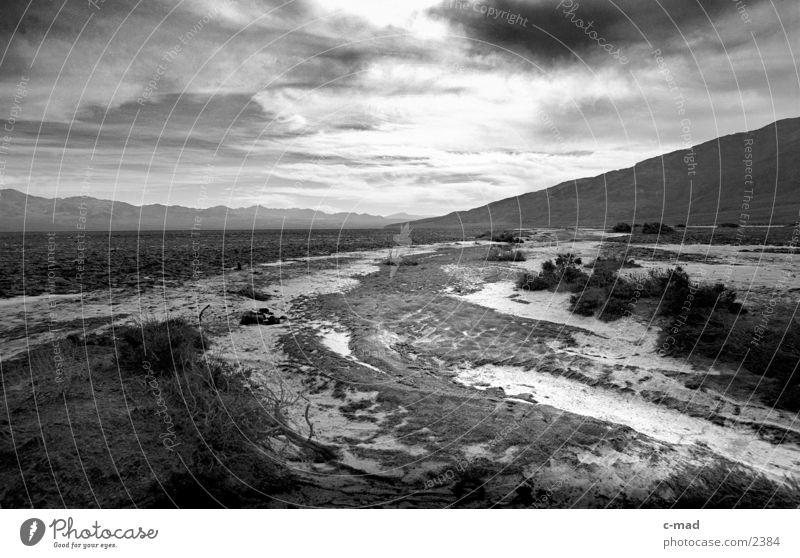 Death Valley Kalifornien Wolken Stimmung Gegenlicht USA Schwarzweißfoto Landschaft Wüste Ferne Panorama (Aussicht) Flußbett