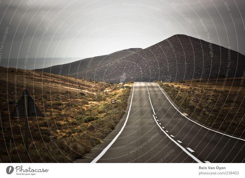 Ferien & Urlaub & Reisen Straße Berge u. Gebirge Freiheit Umwelt Schilder & Markierungen leer Klima Gipfel Vulkan Pass Vignettierung Verkehrszeichen geradeaus Fahrbahnmarkierung Mittelstreifen