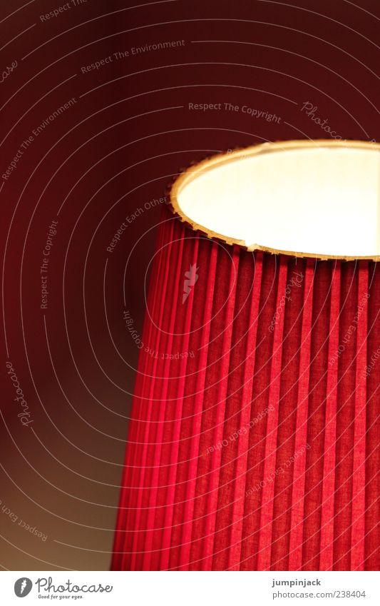 rotlämpchen Lampe Stimmung leuchten Streifen gestreift Anschnitt Lampenschirm Vor dunklem Hintergrund