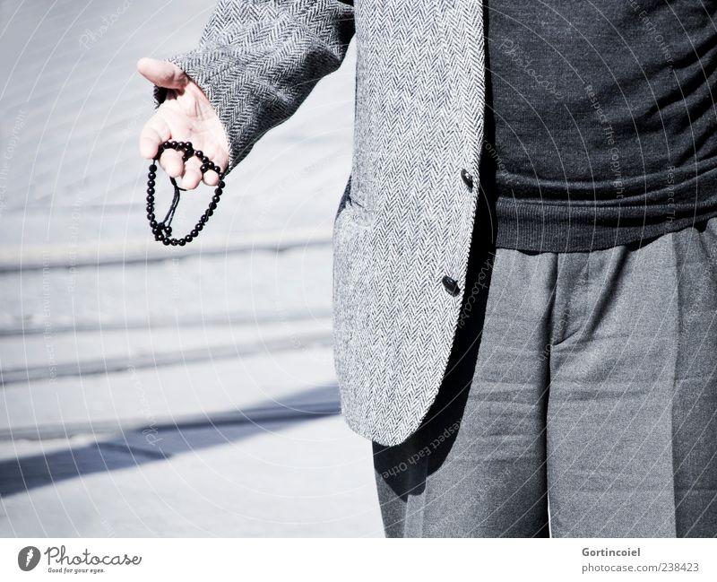 Insallah Mensch maskulin Mann Erwachsene Männlicher Senior Leben Hand 1 grau Rosenkranz Masbaha Tesbih Gebetskette Religion & Glaube Islam Moslem Farbfoto