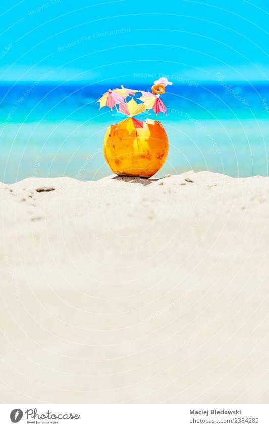 Kokosnuss mit bunten Regenschirmen und Strohhalmen am Strand. Frucht Getränk Erfrischungsgetränk Lifestyle Reichtum Freude Erholung Ferien & Urlaub & Reisen