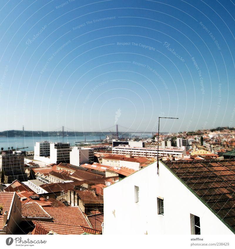 Diagonale, angedeutet Wolkenloser Himmel Sommer Schönes Wetter Lissabon Portugal Hauptstadt Haus Mauer Wand Fassade Fenster Sehenswürdigkeit Wahrzeichen Brücke