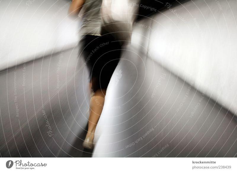 Lola Mensch Frau schwarz Erwachsene Wand grau laufen Geschwindigkeit Politische Bewegungen Bodenbelag rennen Hose U-Bahn Stress Tasche Eile