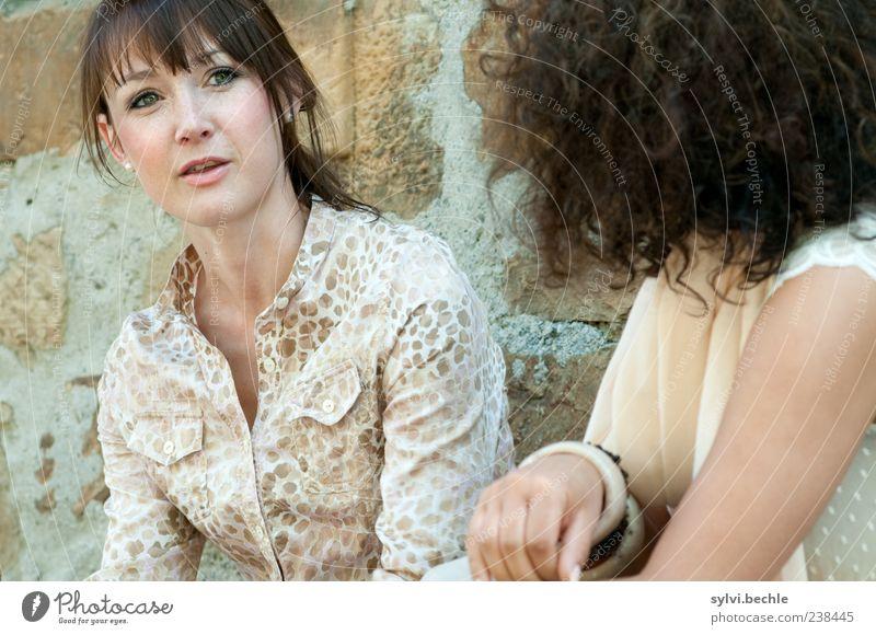unterhaltung. Mensch feminin Junge Frau Jugendliche Freundschaft Leben 2 18-30 Jahre Erwachsene Mauer Wand brünett langhaarig beobachten sprechen sitzen schön
