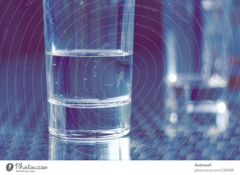 Wasser blau Lebensmittel Glas Trinkwasser Tisch Getränk Küche Theke Erfrischungsgetränk Wasserglas Mineralwasser Ernährung halbvoll