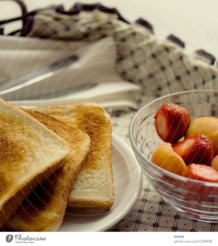 z'Morge im Bett Lebensmittel Frucht Geschirr Brot lecker Frühstück Erdbeeren Besteck Büffet Vegetarische Ernährung Brunch Toastbrot Tablett Ernährung Morgen Obstsalat