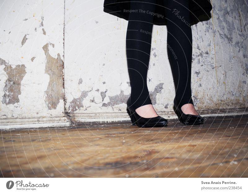 keine besondere künstlerische Befähigung anerkannt Lifestyle Stil feminin 1 Mensch Holzfußboden Mauer Wand Fassade Mode Rock Kleid Strumpfhose Schuhe