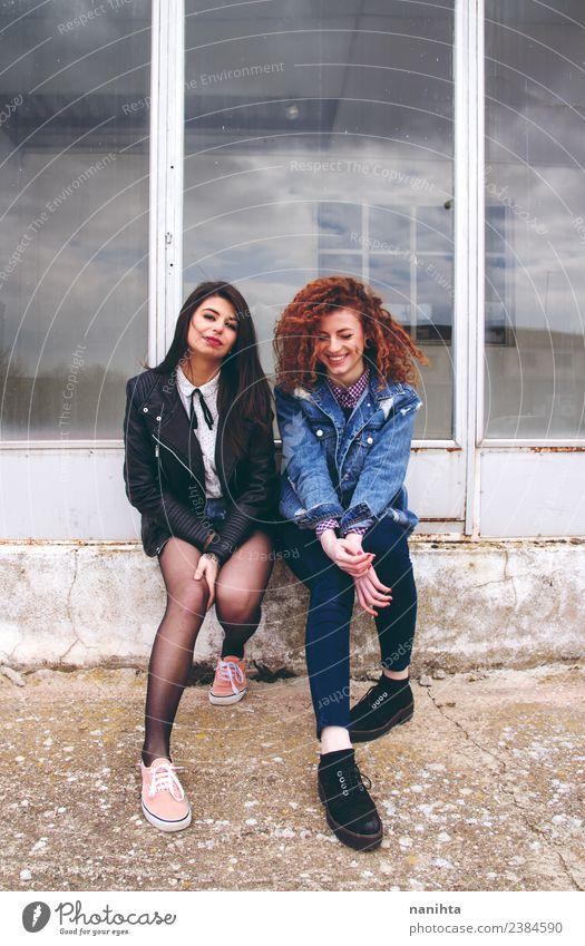Zwei junge Frauen, die Freunde sind. Lifestyle Stil schön Haare & Frisuren Mensch feminin Junge Frau Jugendliche Erwachsene Schwester Familie & Verwandtschaft