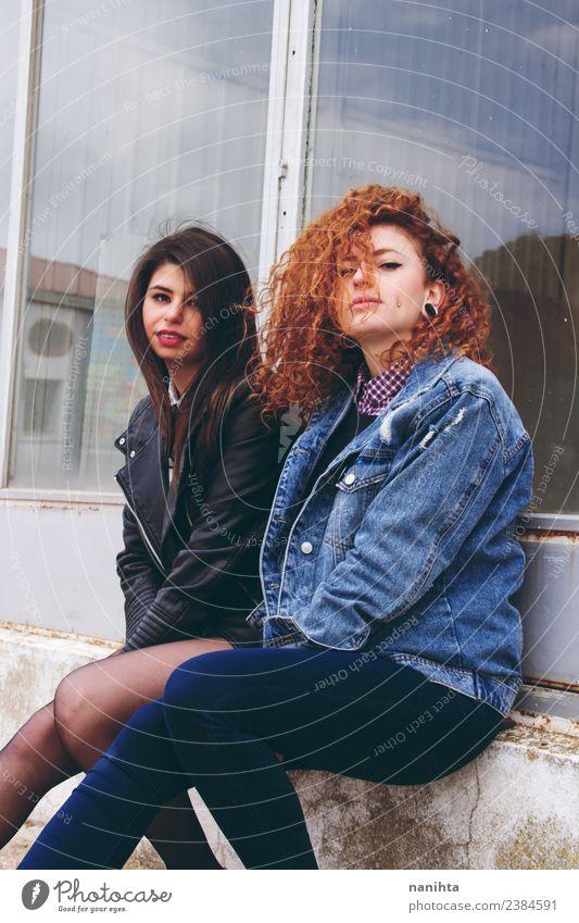 Zwei junge Freunde im urbanen Look Lifestyle Stil Mensch feminin Junge Frau Jugendliche Freundschaft Paar Partner 2 18-30 Jahre Erwachsene Fenster Jacke