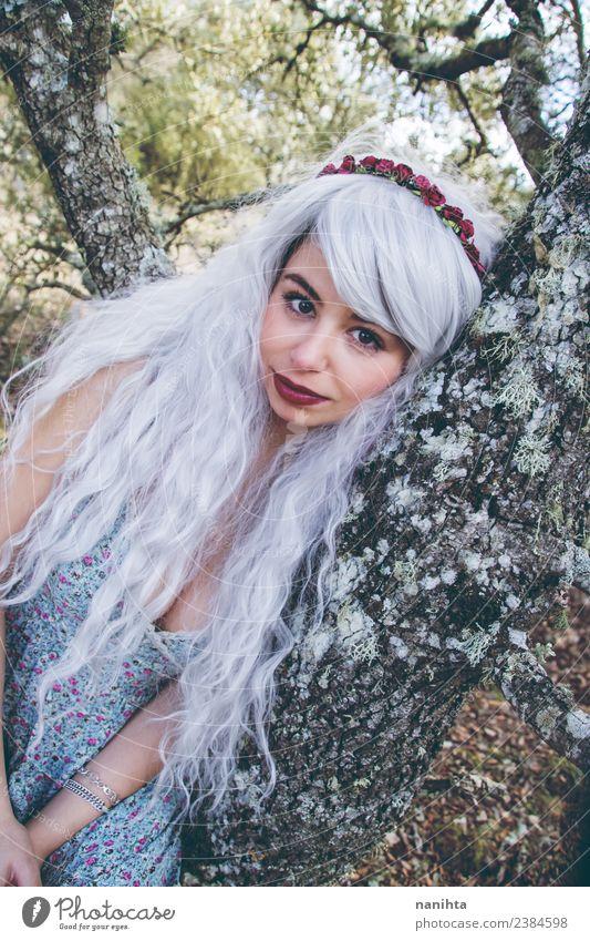 Schöne junge Frau, die sich an einen Baum lehnt. Lifestyle Stil exotisch schön Haare & Frisuren Mensch feminin Junge Frau Jugendliche 1 18-30 Jahre Erwachsene