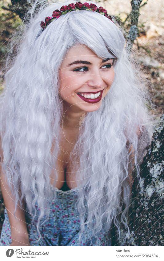 Fröhliche junge Frau mit grauer Perücke Lifestyle Stil exotisch Freude schön Haare & Frisuren Wellness Mensch feminin Junge Frau Jugendliche 1 18-30 Jahre