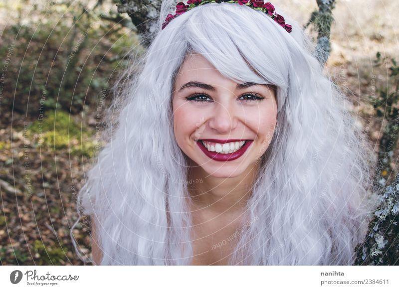 Fröhliche junge Frau mit langem grauem Haar Lifestyle Freude schön Haare & Frisuren Haut Gesicht Mensch feminin Junge Frau Jugendliche 1 18-30 Jahre Erwachsene