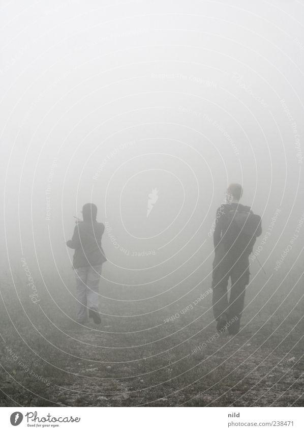 fade to grey Mensch Natur Jugendliche Erwachsene Umwelt Landschaft dunkel sprechen Berge u. Gebirge grau Paar Stimmung Wetter Zusammensein Freizeit & Hobby Nebel