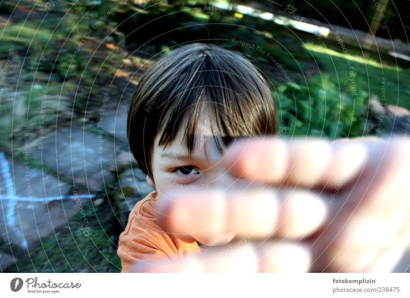 guck-mich-nicht-an Kind Hand Auge Gefühle Junge Garten Kindheit Fröhlichkeit einzigartig stoppen fangen Mut Wachsamkeit brünett frech Verbote