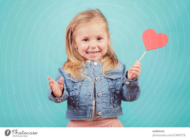 lächelndes Baby mit einem Herzen auf blauem Hintergrund Lifestyle Freude Feste & Feiern Valentinstag Muttertag Mensch feminin Mädchen Kindheit 1 3-8 Jahre