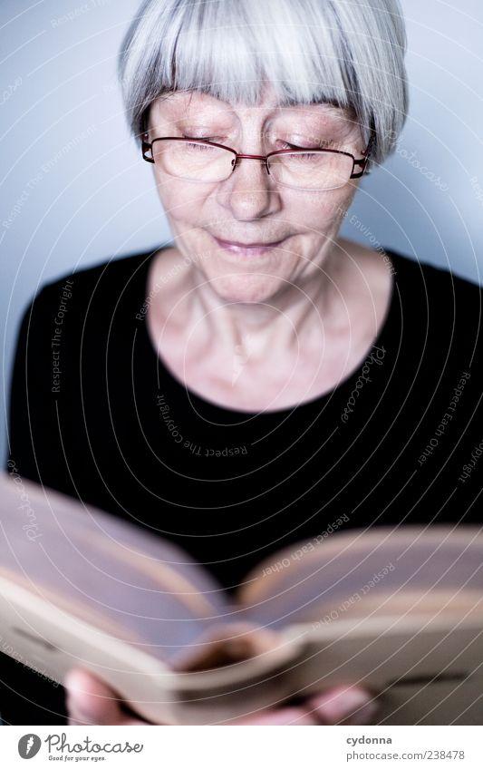 Nachgelesen Mensch Frau ruhig Erholung Leben Senior Gesundheit Zufriedenheit Freizeit & Hobby Buch lernen Lifestyle Brille lesen Vergänglichkeit Bildung