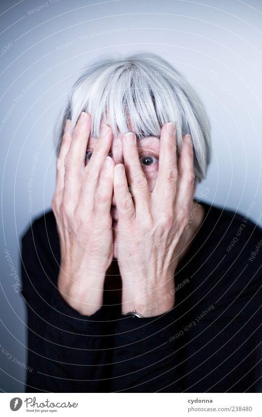 Ich bin dann mal weg Lifestyle Freude Haut Leben harmonisch Wohlgefühl Zufriedenheit Mensch Weiblicher Senior Frau Gesicht Hand 60 und älter Energie entdecken