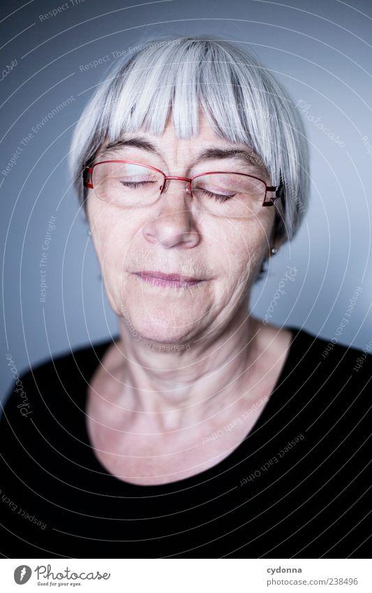 In der Ruhe liegt die Kraft Mensch Frau ruhig Erholung Leben Senior Gefühle träumen Zeit Gesundheit Zufriedenheit elegant schlafen Lifestyle Pause Brille