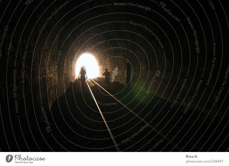Am Ende ist Licht II Mensch Einsamkeit dunkel hell gehen maskulin Suche Hoffnung Gleise leuchten Tunnel Schienenverkehr