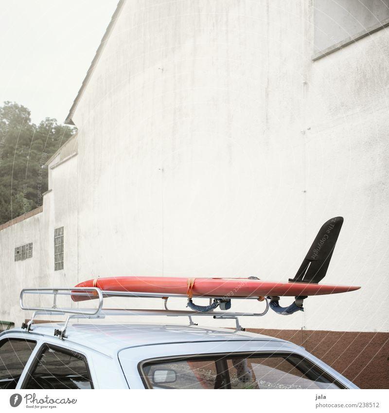 pack die badehose ein... Himmel Baum Haus Wand Mauer Gebäude PKW Fassade Ausflug trist Coolness Bauwerk Fahrzeug Wassersport Surfbrett Gepäckablage
