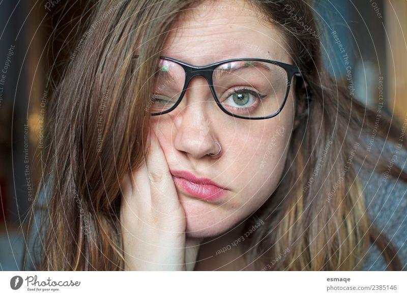 Porträt eines gelangweilten Teenagers Krankheit Leben feminin Junge Frau Jugendliche 1 Mensch Piercing Brille beobachten authentisch natürlich nerdig niedlich