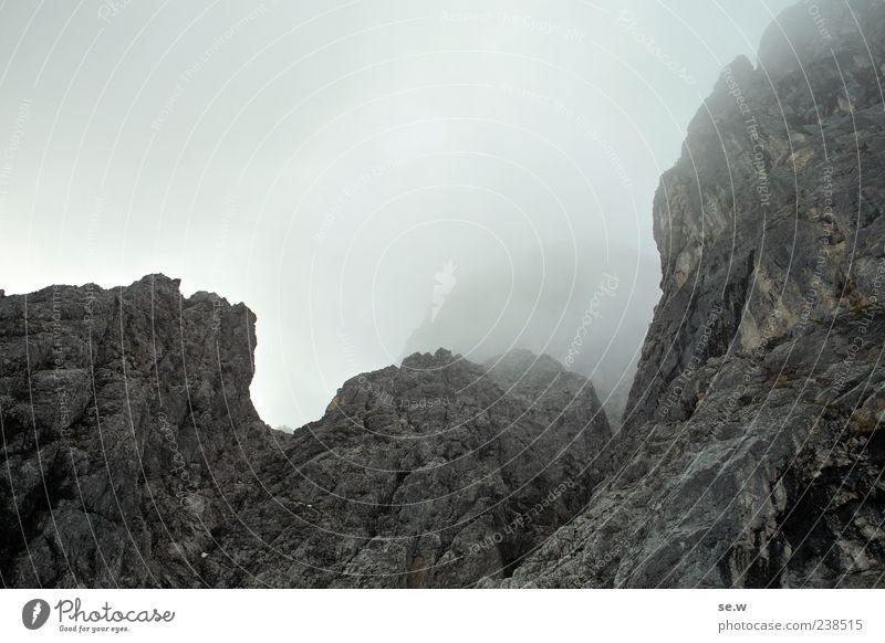 Was der Nebel freigibt... Wolken ruhig Einsamkeit dunkel Herbst Berge u. Gebirge Wege & Pfade grau Stein Regen Felsen Alpen Gipfel gruselig Risiko