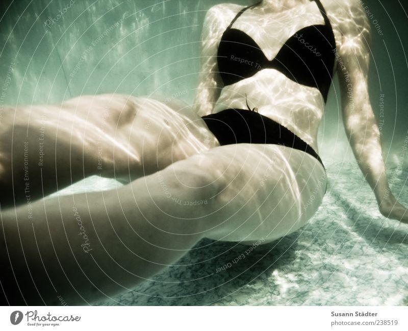 Lieblingsbeschäftigung Mensch Frau Jugendliche Wasser Erwachsene Erholung feminin Junge Frau Beine Schwimmen & Baden Körper 18-30 Jahre warten Schwimmbad dünn
