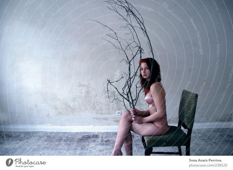 Hirsch. Mensch Jugendliche schön Erwachsene kalt feminin Wand Haare & Frisuren Mauer Stil Fassade sitzen Junge Frau 18-30 Jahre Lifestyle einzigartig