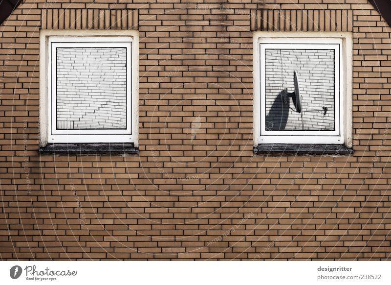 Sehbehinderung Haus Einsamkeit Fenster dunkel Wand Stein Mauer Fassade dreckig Aussicht Antenne Frustration blind Einfamilienhaus Fensterblick Sehvermögen