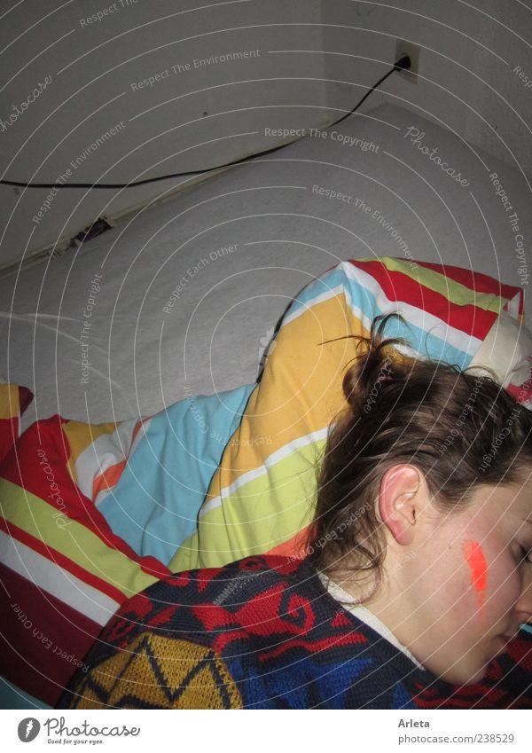 Polnischer Abgang Jugendliche ruhig träumen Wohnung liegen schlafen Bett einzigartig Bettwäsche Müdigkeit Erschöpfung verkatert angemalt Möbel Blitzlichtaufnahme
