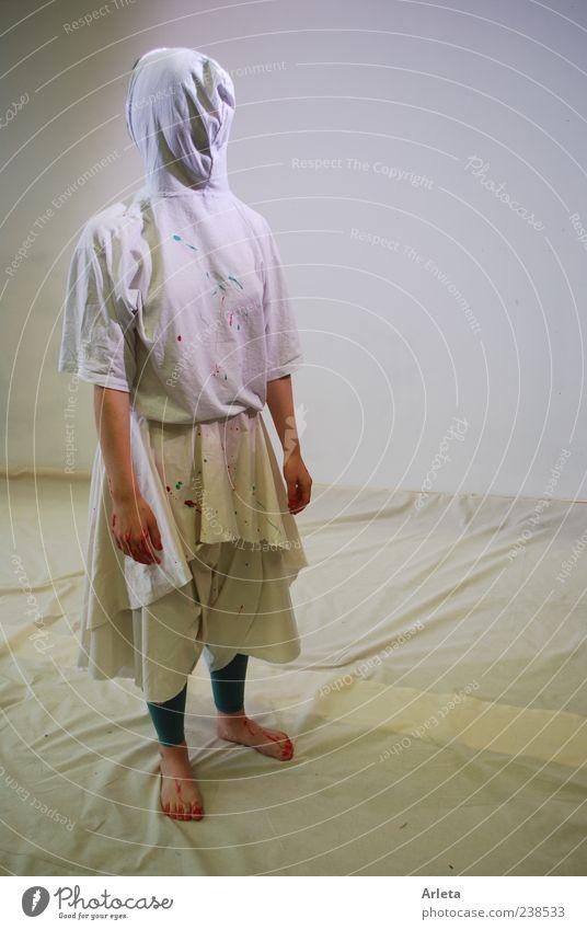 Loop androgyn 1 Mensch Schutzbekleidung T-Shirt Maske Kapuze drehen stehen gruselig Hemmung bizarr verdreht Farbfoto Gedeckte Farben Studioaufnahme Experiment