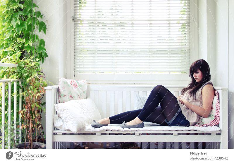 Die Ruhe genießen Mensch Jugendliche Sommer Pflanze Einsamkeit ruhig Erholung Haus Junge Frau feminin Autofenster 18-30 Jahre Denken hell sitzen nachdenklich