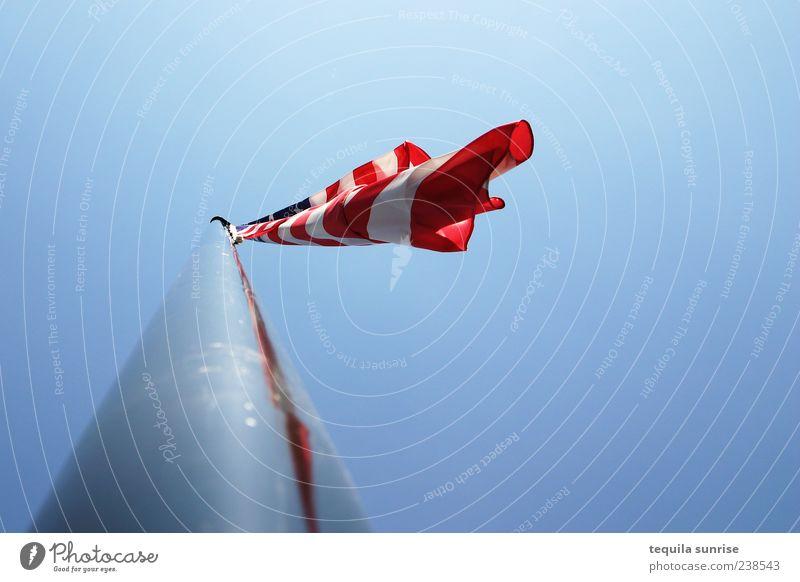 Fähnlein im Wind blau weiß rot USA Fahne Zeichen Amerika silber Stars and Stripes Blauer Himmel Nationalflagge