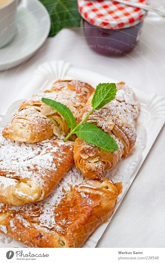 Gebäck mit Minzblatt braun Ernährung gold süß Süßwaren Frühstück lecker Kuchen Backwaren Dessert Delikatesse Snack Croissant mint Lebensmittel Speise