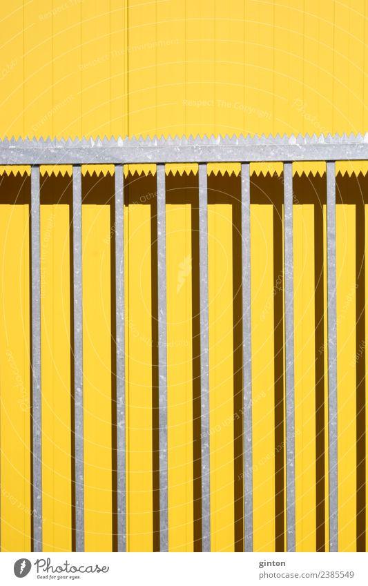 Spitzgezackte Toreinfahrt Einkaufszentrum Sonne Gebäude Fassade eckig hell modern neu verrückt Spitze Stadt gelb Einfahrtstor spitze Zacken spitzgezackter Zaun