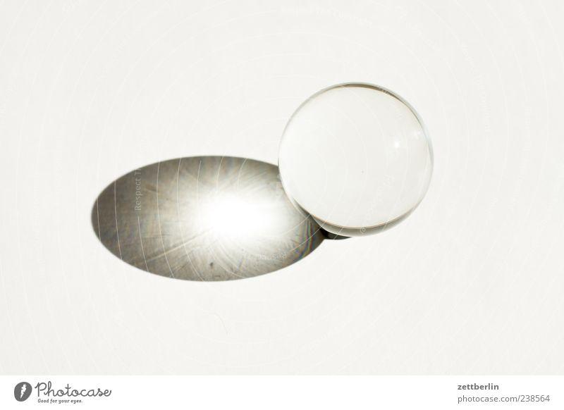 Glaskugel weiß Dekoration & Verzierung rund Klarheit Dinge Spielzeug Kugel Reinheit Lichtbrechung Kristallkugel Vor hellem Hintergrund