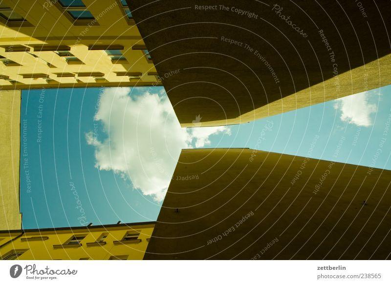 Kontinuum Himmel alt Stadt Wolken Haus Wand Architektur Mauer Gebäude Fassade Perspektive Bauwerk eng Stadtzentrum Hauptstadt Hinterhof