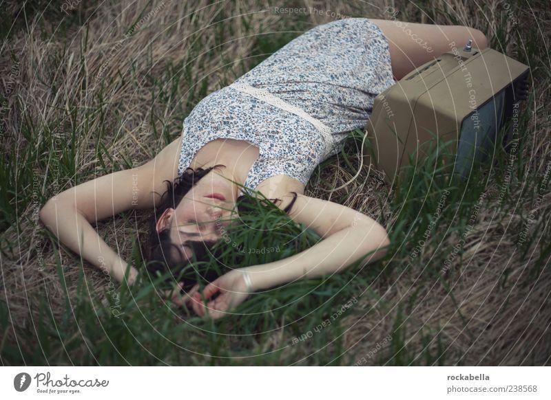 augen zu. feminin Junge Frau Jugendliche 18-30 Jahre Erwachsene brünett Erholung genießen liegen schlafen träumen einzigartig dünn Leidenschaft Einsamkeit Wiese