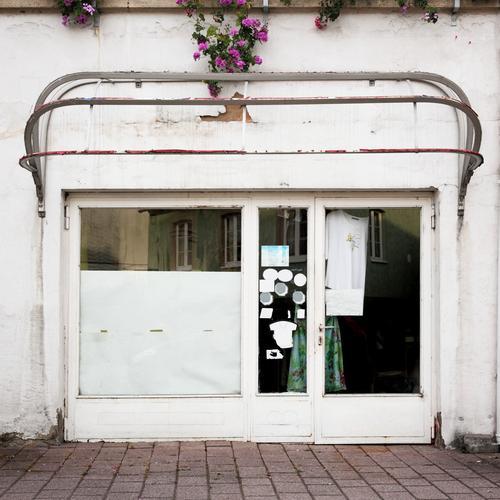 fashion store Fußgängerzone Haus Bauwerk Gebäude Ladengeschäft kleidergeschäft Fassade Fenster Tür Schaufenster trist Farbfoto Außenaufnahme Menschenleer Tag