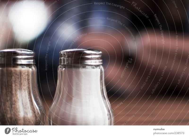 Pfeffer & Salz Lebensmittel Ernährung Glas Salzstreuer Pfefferstreuer Farbfoto Außenaufnahme Textfreiraum rechts Textfreiraum oben Tag Schwache Tiefenschärfe