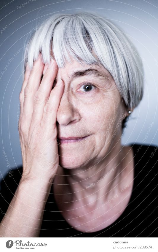 Gelebtes Leben Lifestyle elegant schön Haut Wohlgefühl Erholung ruhig Mensch Weiblicher Senior Frau Gesicht Hand 60 und älter einzigartig Erfahrung Gefühle