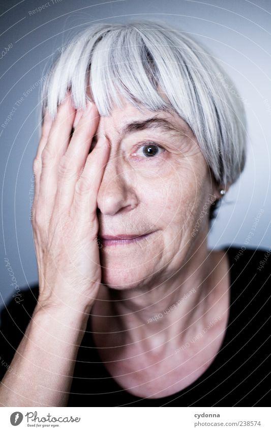 Gelebtes Leben Mensch Frau Hand schön ruhig Gesicht Erholung Senior Gefühle träumen Zeit elegant Haut Lifestyle einzigartig