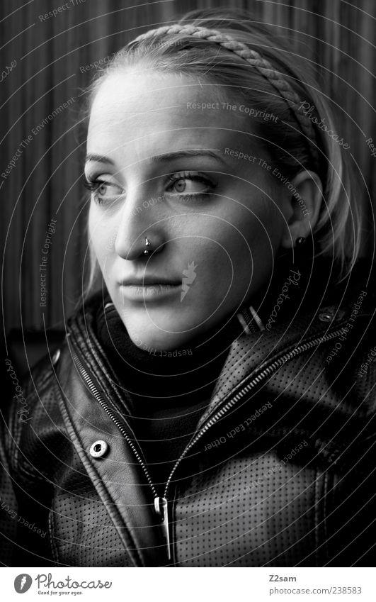 portrait Lifestyle Stil Mensch feminin Junge Frau Jugendliche 1 18-30 Jahre Erwachsene Jacke Leder Piercing blond langhaarig Denken Erholung genießen Blick